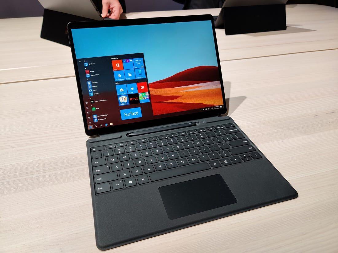 Một chiếc tablet có chân đế có thể điều chỉnh 165 độ linh hoạt và kiên cố, đi kèm với Surface Type Cover và Surface Slim Pen