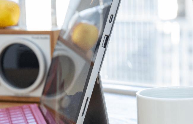 Cổng kết nối của Surface Pro 7 - nguồn__ Laptop Mag