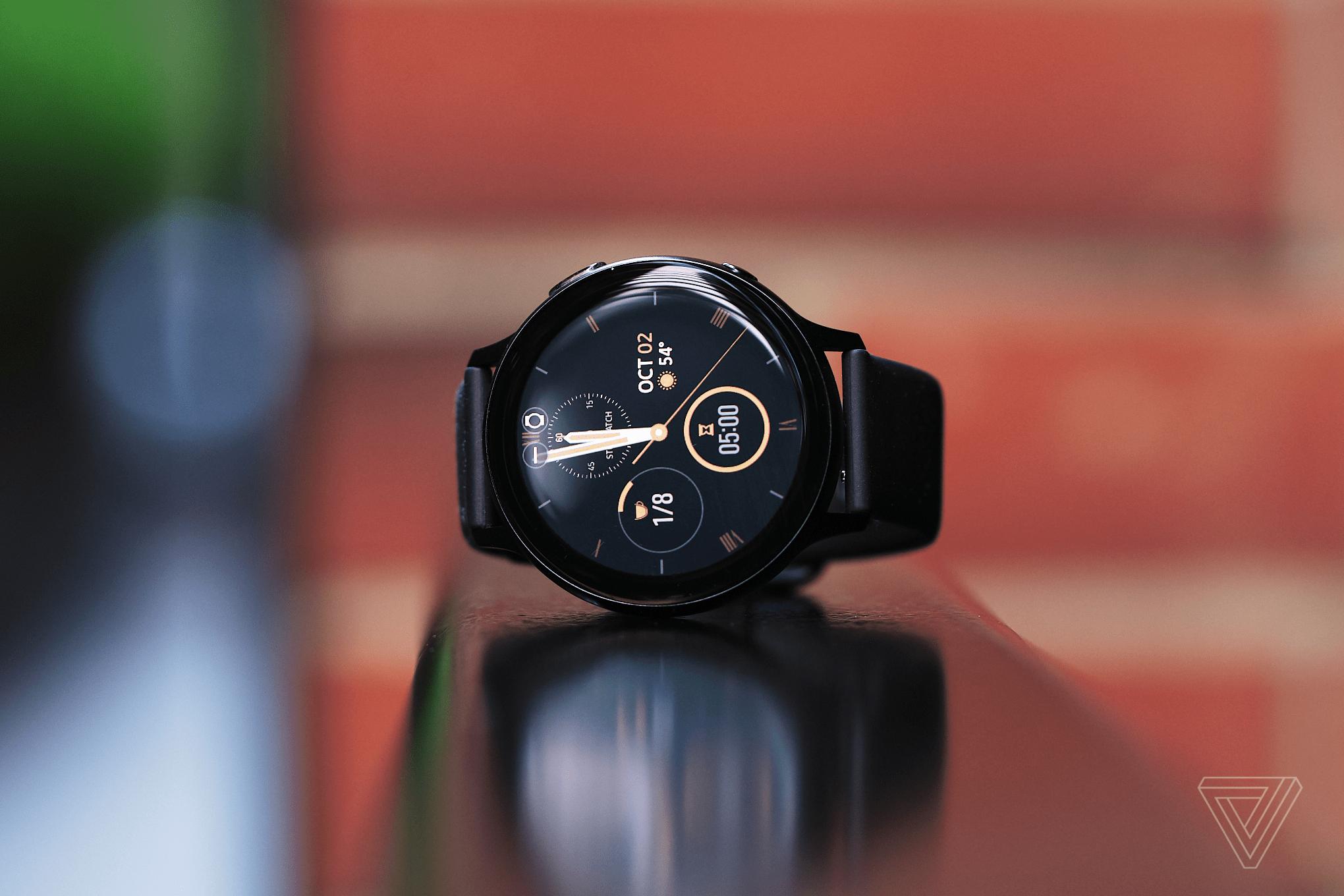 Samsung Galaxy Watch Active 2 với thiết kế đơn giản và sang trọng.