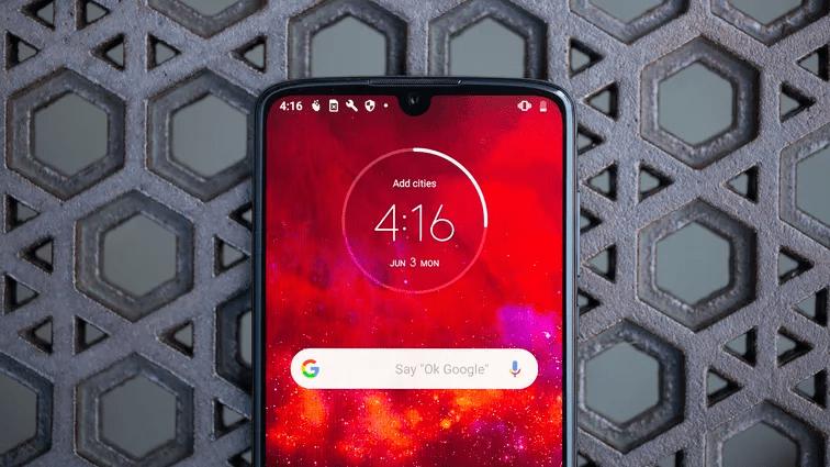 Khác với những dòng điện thoại 5G khác, Moto Z4 sẽ đi kèm phụ kiện Moto Mod để kết nối 5G. Angela Lang/CNET