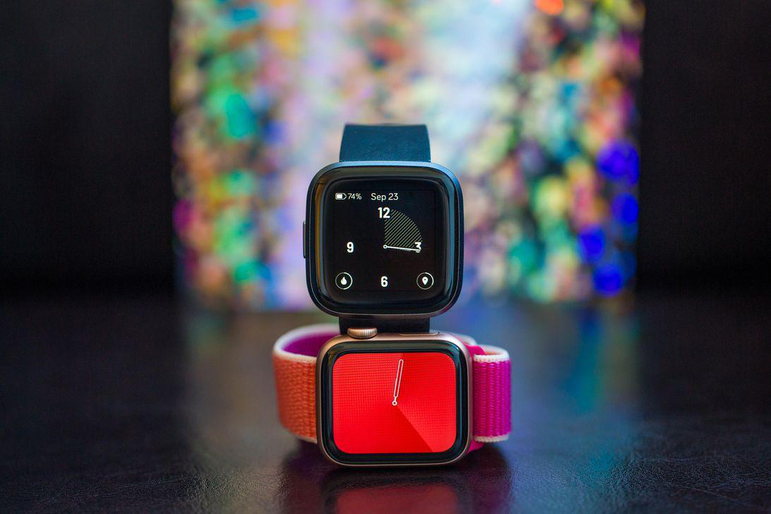 The Fitbit Versa 2 (trên) có thiết kế gần giống với Apple Watch Series 5 (dưới).