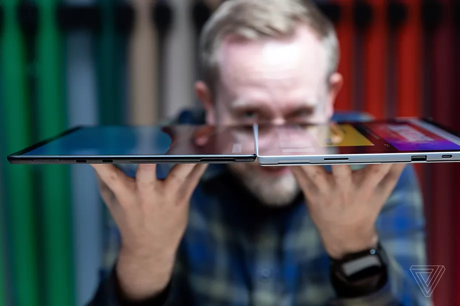 Độ dày của Surface Pro 7 và Surface Pro X (trái) @Amelia Holowaty Krales / The Verge