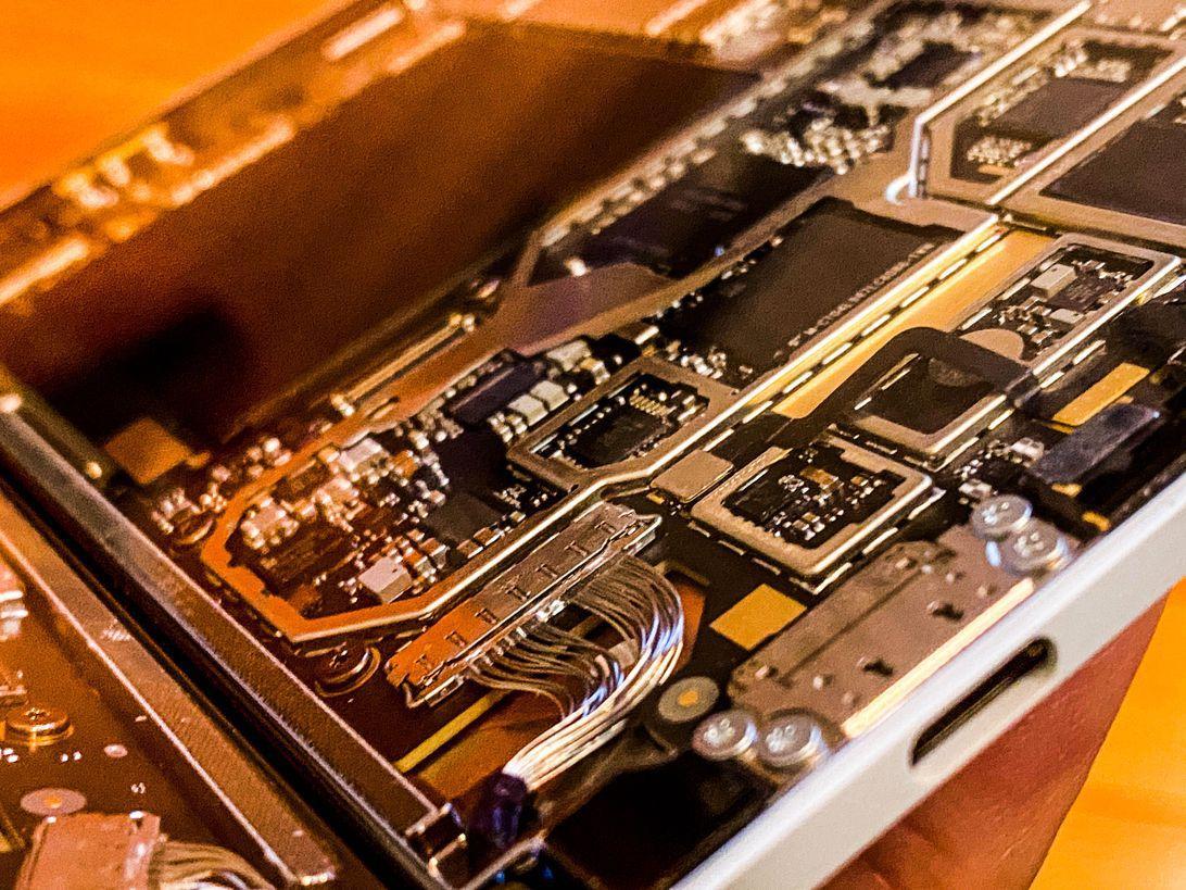 Có rất nhiều thứ nằm dưới lớp vỏ trong một thiết kế thực sự mỏng trên Surface Duo. Có pin chia nhỏ và bộ xử lý tùy chỉnh, nhưng không có 5G.
