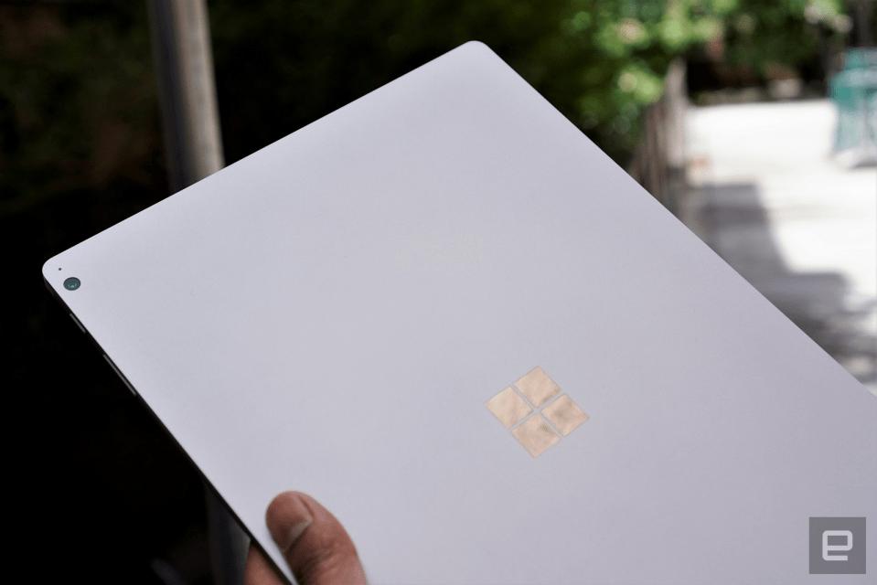 Tháo rời bàn phím Surface Book 3 (Hình ảnh: Devindra Hardawar/Engadget)