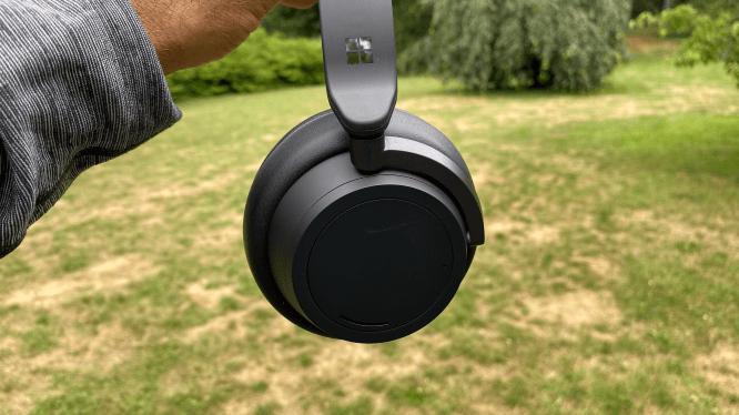 Surface Headphones 2 giữ nguyên thiết kế với 2 màu đen và xám nhạt (Nguồn: Cnet)