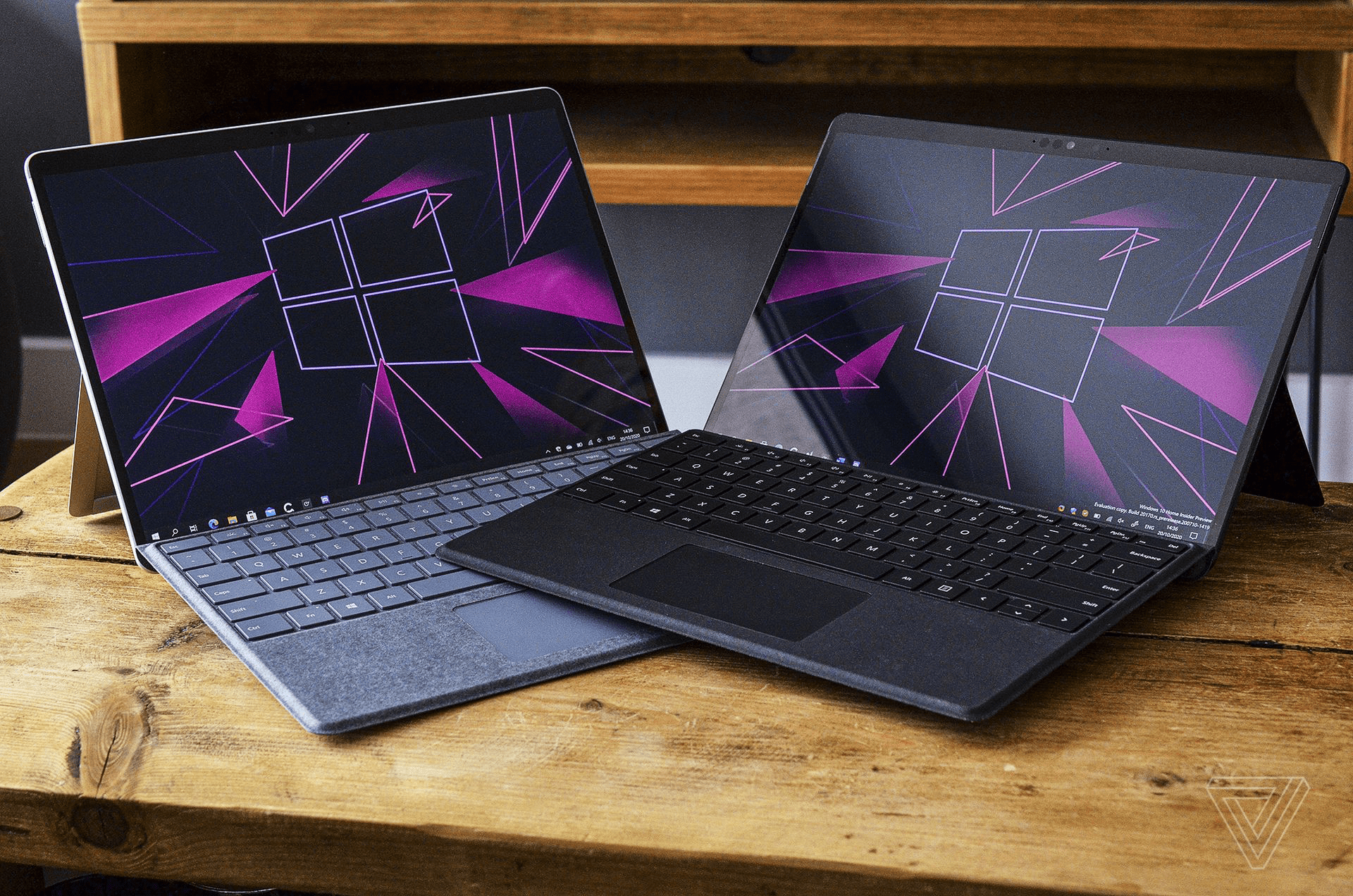 Hình ảnh Surface Pro X (2020) và Surface Pro X (2019) (Nguồn: Verge)