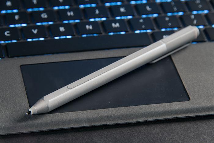 Surface Pen là phụ kiện đi kèm Surface Pro giúp cho Surface Pro trở thành một bảng vẽ điện tử chuyên nghiệp