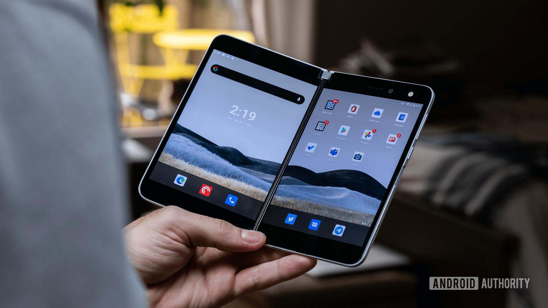 Thông tin về Surface Duo 2: Thiết kế đầu tiên của Surface Duo nhận được đánh giá tích cực từ người dùng (Nguồn: Android Authority)