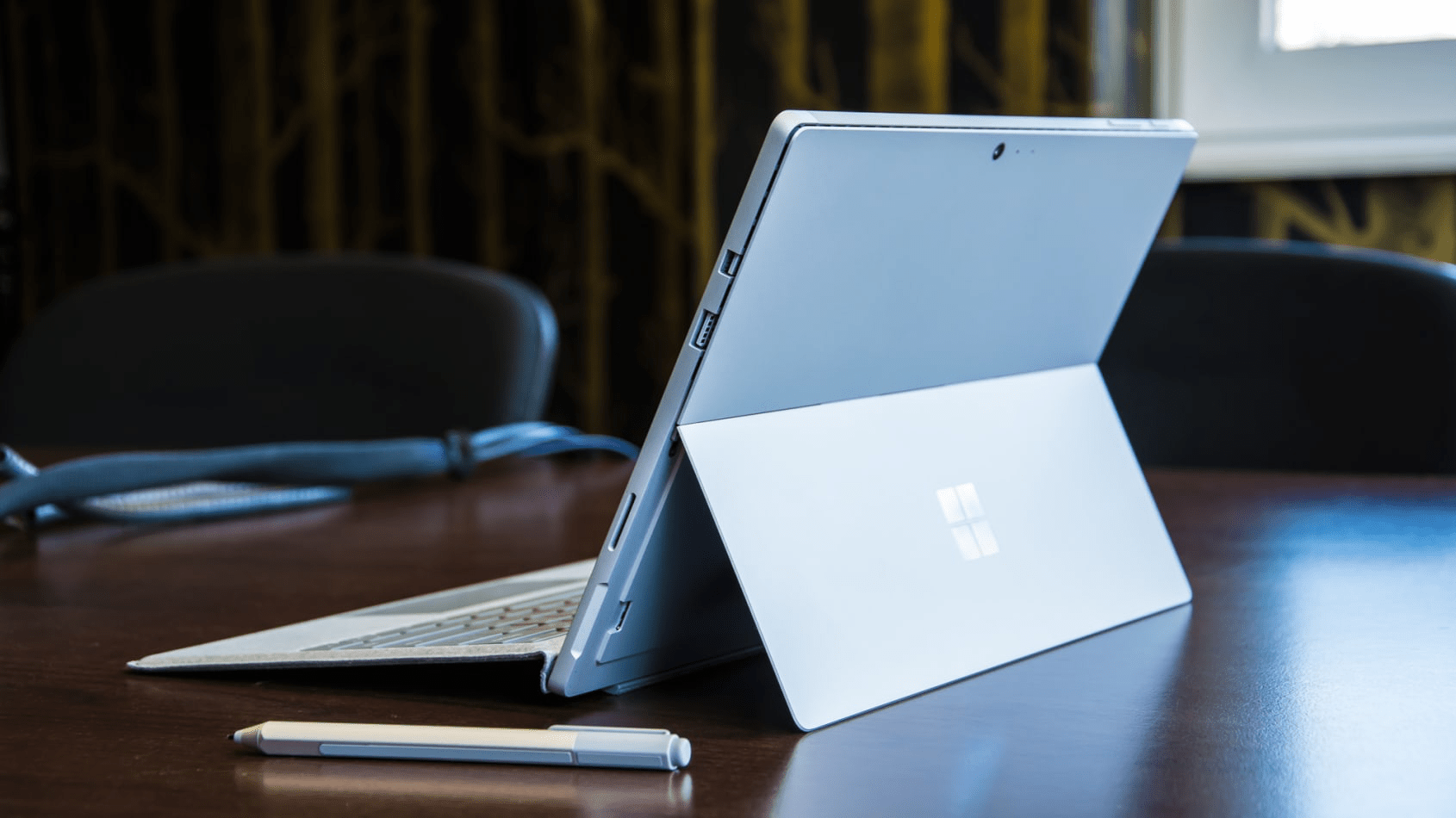 Thiếu sót lớn nhất của Surface Pro 5 chính là không hỗ trợ USB-C. (Nguồn: IT Pro)