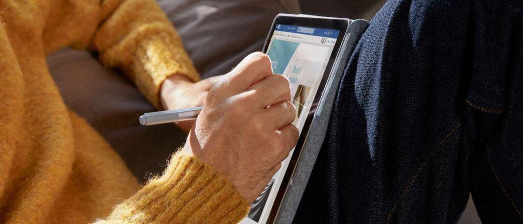 Surface GO 2 Intel 4425Y/4GB/64GB mỏng và nhẹ để dễ dàng mang theo bên mình và sử dụng bằng một tay.