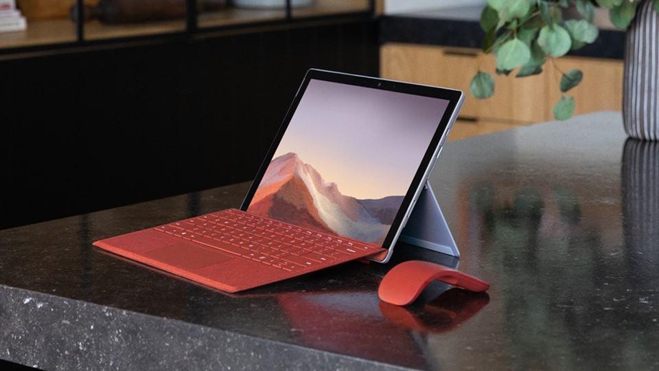 Surface Pro khi được gắn với Type Cover