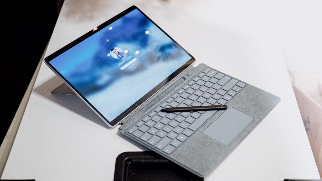 Tương tự Surface Go 2, Surface Pro X cũng bán phụ kiện riêng lẻ