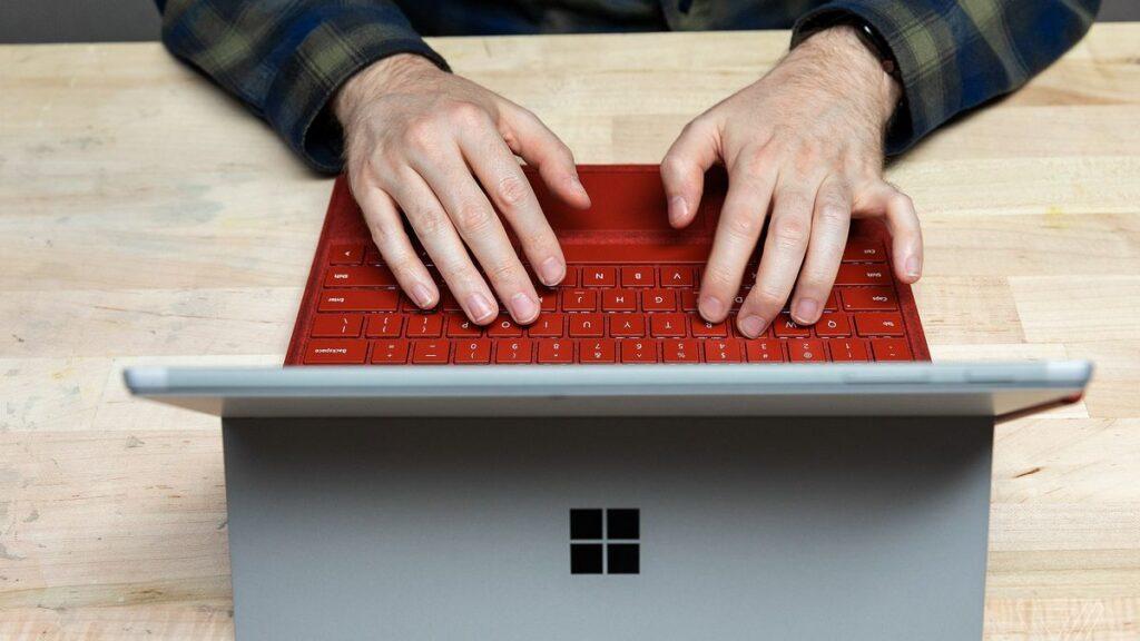 Làm việc tại nhà với Surface Pro 7