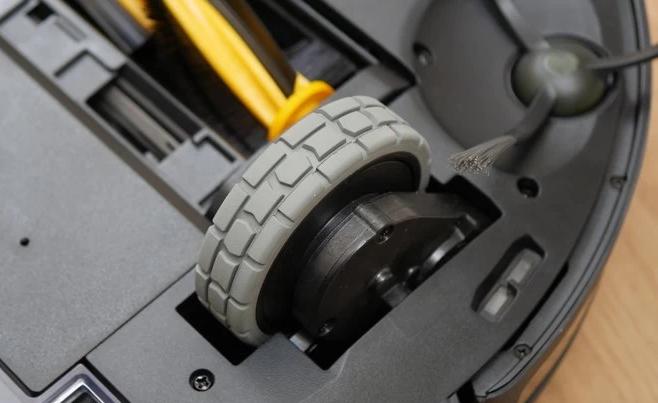 Phiên bản Ecovacs Deebot này được trang bị bánh xe lớn dễ di chuyển